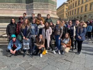 in questa immagine c'è una classe in gita a Firenze